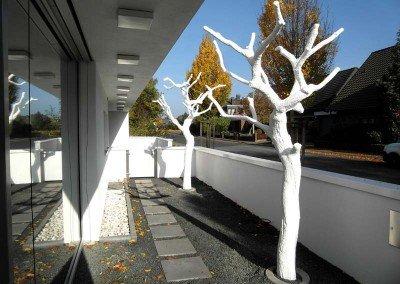 Große, weiße Kunstbäume ohne Blätter (ca. 330 cm) im Außenbereich.
