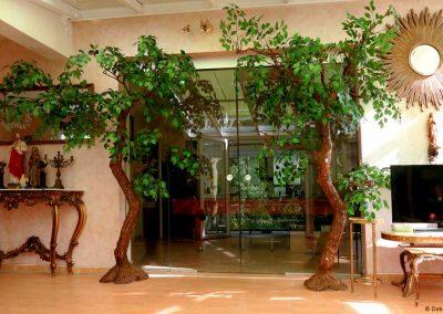 Stilvolle, filigran anmutende, ca. 2,40 cm große Dekobäume mit geschwungenem Stamm.