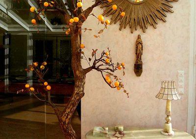 Baum-Dekoration mit künstlichen Mandarinen (Höhe 250 cm).