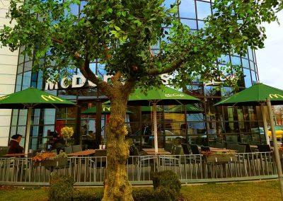 350 cm hoher Kunstbaum mit asymmetrischer Krone bei einem Werbedreh von McDonald's