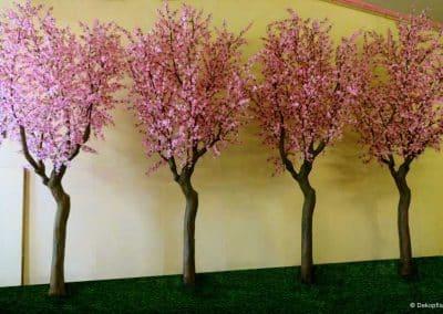 """Vier Kunstbäume mit Blüten (Höhe ca. 450 cm; Ø Baumkrone 170 cm) für das Musical """"Anastasia"""" in Stuttgart & Barcelona bereit zur Bühnen-Installation."""