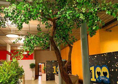 Kunstbaum mit geneigtem Stamm (Höhe 400 cm) bei einem Jubiläums-Event von EDEKA.