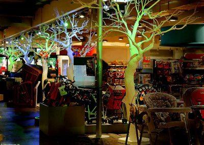 5 effektvoll beleuchtete, kahle Kunstbäume (weiß, Höhe: ca. 320 cm).