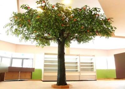 Belaubter, künstlicher Apfelbaum mit Früchten im Zoo Münster.