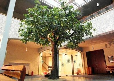 Künstlicher Baum als Dekoration in einer Kirche.