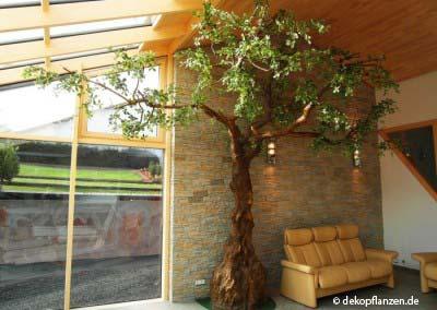 Künstlicher Olivenbaum in einer Wohnung.