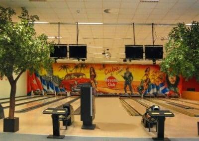 Künstliche Bäume als Deko in einem Bowlingcenter.