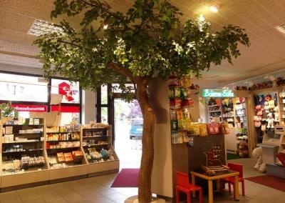 Kunstbaum-Dekoration verschönert eine Apotheke.