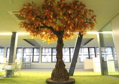 Künstlicher Eichenbaum mit herbstlichem Blattwerk.
