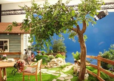 Kunstbaum als Dekoration bei einem Werbedreh.