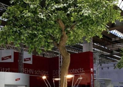 Kunstbäume ohne Früchte: Belaubter Kunstbaum als Messedekoration.