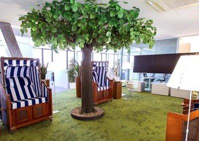 Kunstbaum (Linde), gepaart mit Strandkörben als sommerliche Dekoration.