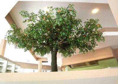 Die Früchte schaffen Farbaktzente; der künstliche Baum belebt die Decke