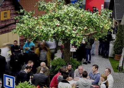 """Kunstbaum (Apfel) auf der Baumesse """"Swissbau"""" in Basel, CH"""
