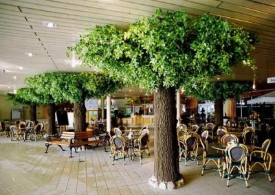 Black Olive Kunstbäume als Stützenverkleidungen.
