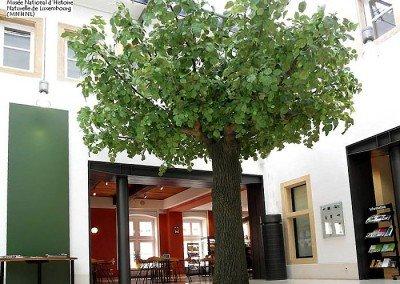 Kunstbaum als Dekoration in einem Museum.