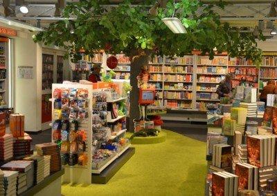 Linden-Kunstbaum in einer Buchhandlung.