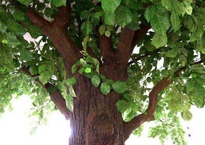 Dicke wenig belaubte Kunstäste an einem ca. 60cm starken Baumstamm