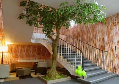 Ein belaubter Kunstbaum wertet diesen Raum mit angrenzendem Treppenaufgang auf.