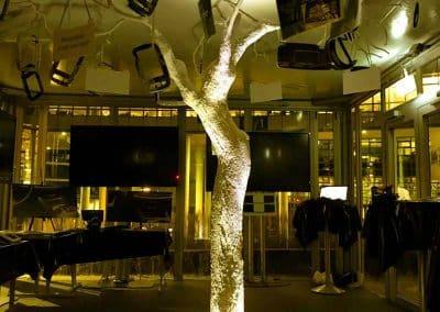 Von unten beleuchteter, weißer Kunstbaum ohne Blätter (dekoriert).