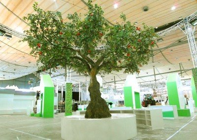Großer Dekobaum/ Kunstbaum auf der Messe Hannover