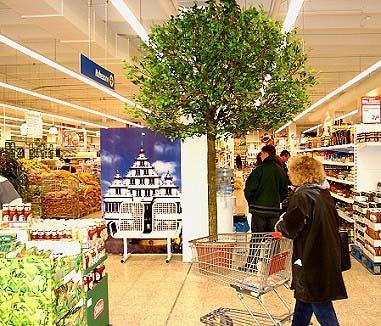 Dekobaum (Naturstamm) in einem Einkaufscenter.