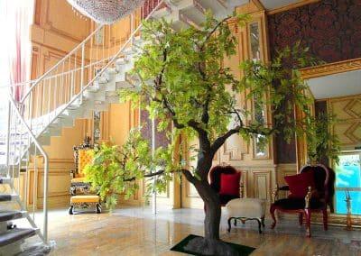 Ein extravagant gestalteter Kunstbaum (Eiche), der sich nahtlos in den Stil des Schlosses einfügt.