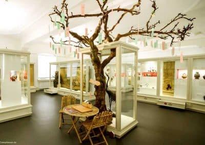 Dekorierter, kahler Kunstbaum ohne Blätter mit asymmetrischer Krone (ca. 360 cm) im Historischen und Völkerkundemuseum in St. Gallen, CH