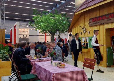 Kunstbaum (Linde) im Gastrobereich auf der IFFA Messe in Frankfurt als Hallendekoration.