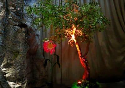 Geneigter, großer Kunstbaum auf einem Event (Baumhöhe ca. 400 cm).
