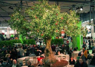 Großer Kunstbaum (Apfelbaum) als Standbegrünung auf der Agritechnica Messe in Hannover