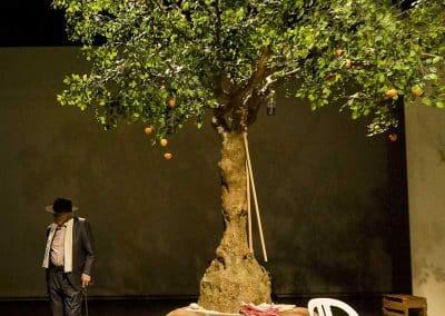 Großer, künstlicher Apfelbaum von Hadjisky (400 cm Höhe) im Theater Freiburg.