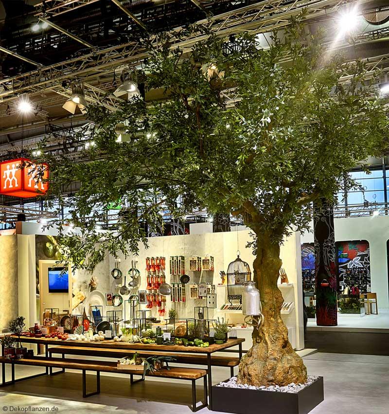 Künstlicher Olivenbaum (groß) auf dem Messestand der Fa. ZWILLING J.A Henckels AG