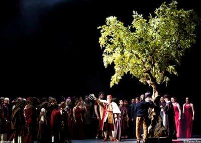 """Großer Kunstbaum (Höhe ca. 580 cm) als Bühnendekoration für """"Die Jungfrau von Orleans"""" im Theater an der Wien."""