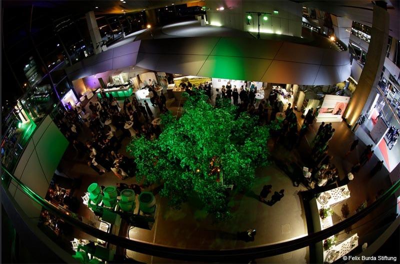 Großer Kunstbaum von Hadjisky mit grünen Blättern © Felix Burda Stiftung