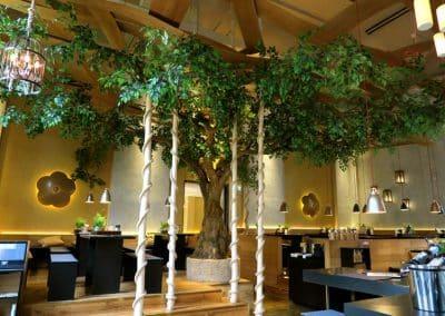 Kunstbaum, groß mit asymmetrischer Krone. Der Kronendurchmesser beträgt ca. 8,00 m