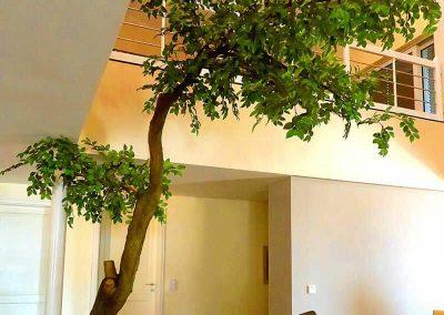 Großer künstlicher Baum (400 cm Höhe) mit geneigtem Stamm.