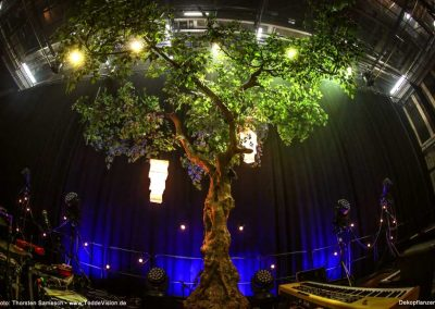 Musik: RADIO DORIA, ein ca. 4,00 m großer Kunstbaum: Hadjisky, Foto: Thorsten Samesch, Location: Hamburg. Tolle Kombination!