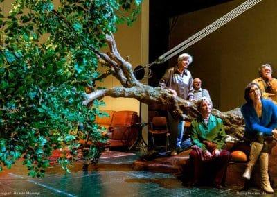 """Ein """"umgefallener"""" Kunstbaum, als dekorativer Teil des Bühnenbildes, bei der Premiere von """"Ich weiß, was Du ´68 getan hast"""" im THEATER FREIBURG."""