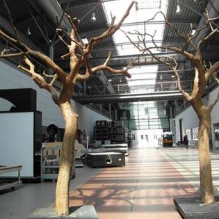 Kahle Kunstbäume ohne Blätter