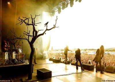 2 kahle Bäume von Hadjisky als Teil der Bühnendekoration bei Konzerten von Equilibrium.