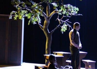 Belaubter Kunstbaum als Bühnendekoration.