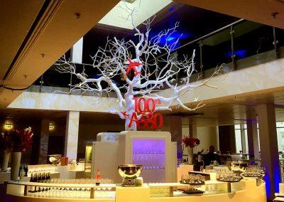 Kahler, großer Kunstbaum (weiß, ohne Blätter) von Hadjisky. Höhe: 500 cm; Ø der asymmetrischen Krone: 500 cm; Stammstärke: ca. 40 cm.