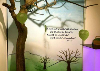 """Kahler Eck-Kunstbaum ohne Blätter (250 cm Höhe) auf der Sonderausstellung """"Die Grasbeißerbande"""" KÖRPERWELTEN Heidelberg."""