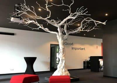"""295 cm großer, weißer """"Kunst Baum"""" ohne Blätter in einem Büro."""