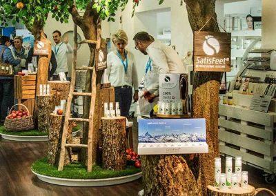 Künstliche Apfelbäume und Baumstümpfe im Ausstellungsraum einer Kosmetikfirma (CH).