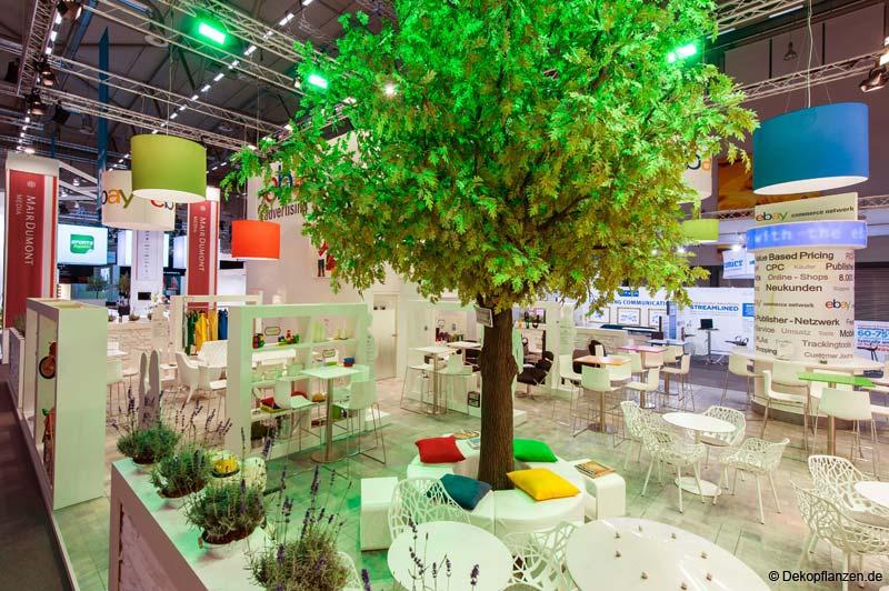 Kunstbaum mieten: Künstliche Eiche mit geradem Stamm (40 cm Stammstärke, Höhe 4,00 m) auf der Messe Köln