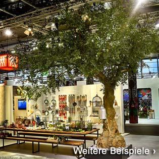 Großer. künstlicher Olivenbaum auf einem Messestand