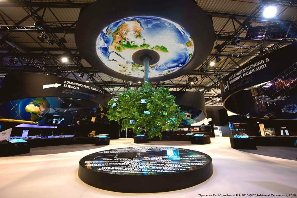 """Künstliche Linde auf dem """"Space for Earth"""" pavilion; ILA 2016 © ESA–Manuel Pedoussaut, 2016"""