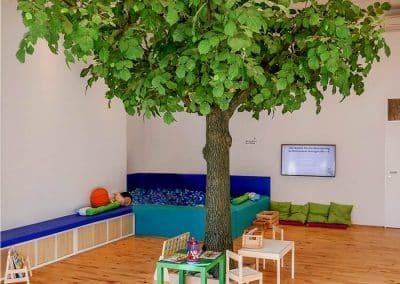 Linden-Kunstbaum (360 cm Höhe, ca. 400 cm Breite, Stammstärke ca. 40 cm) Dekoration in einer Praxis
